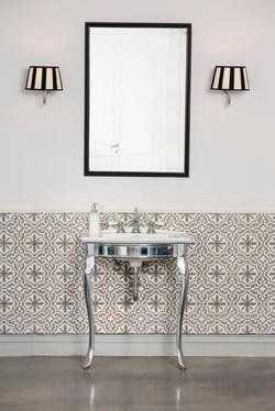 חיפוי קיר אמבטיה בבלטות מעוטרות