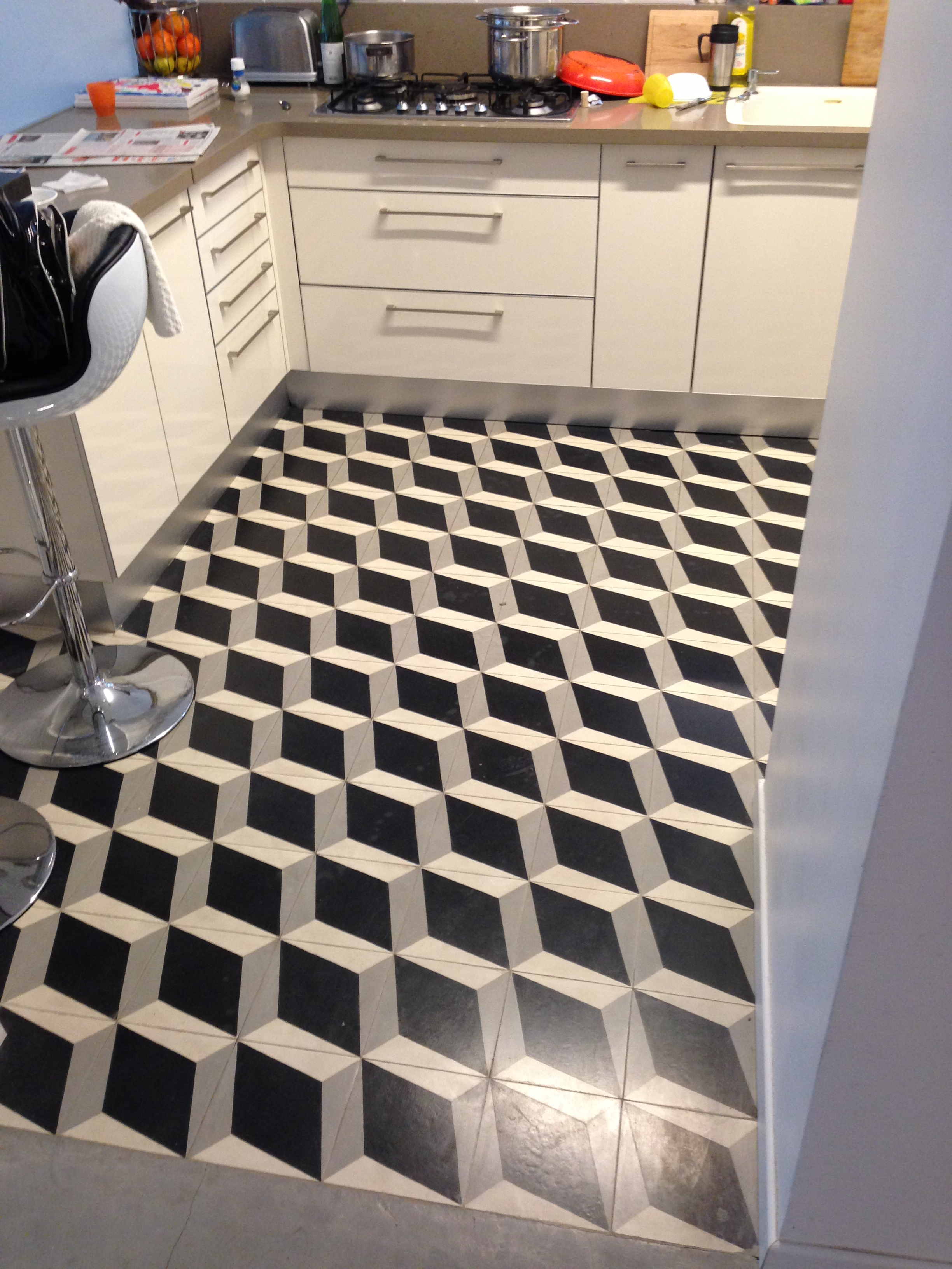 אריחי בטון מצוירים במטבח. דגם קוביות