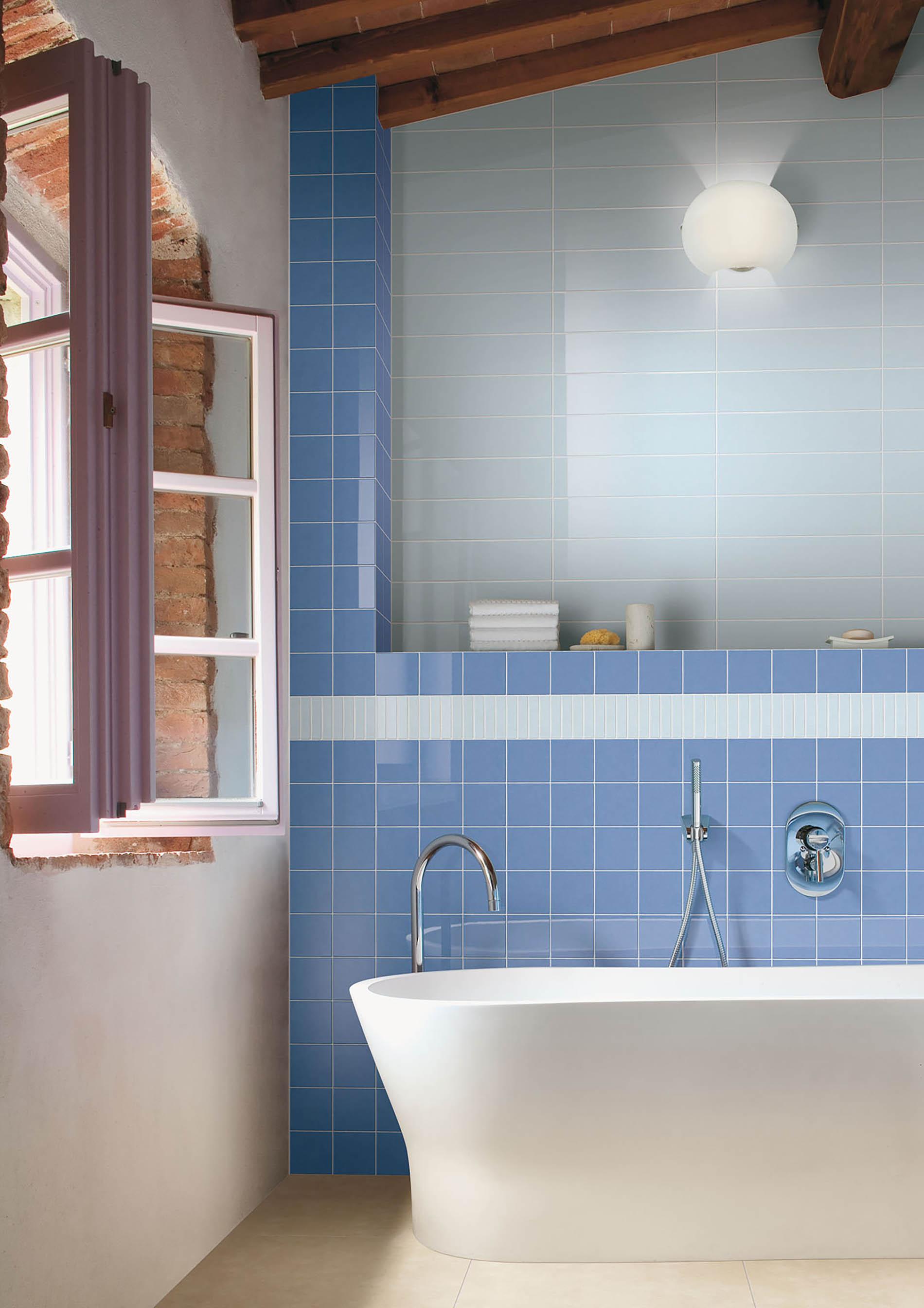 אמבטיה מחופה אריחים צבעוניים
