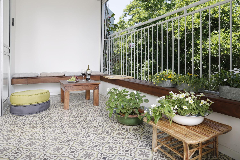 אריחי בטון מעוטרים במרפסת