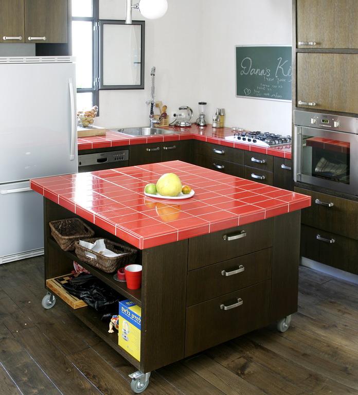 אריחים ליצירת משטח לאי עבודה במטבח