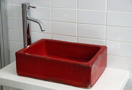 כיור קטן לשירותים בגוון אדום
