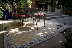 שטיח מאריחי בטון בחצר