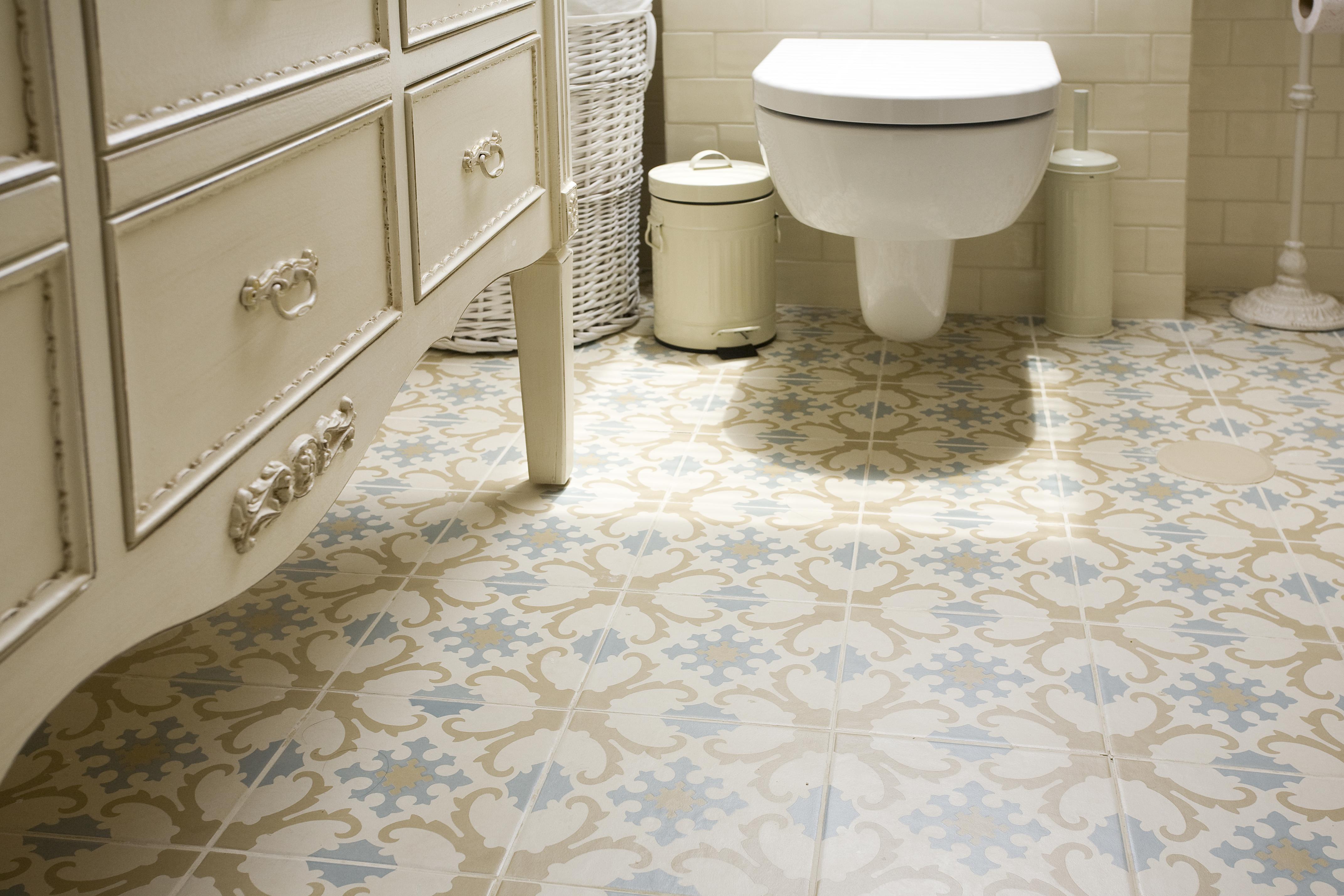 אריחים מצוירים בחדר אמבטיה