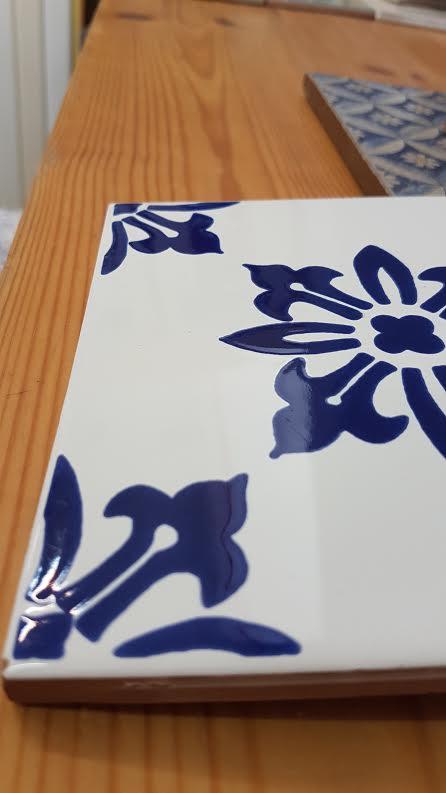 אריחים מעוטרים בכחול קובלט במבחר דוג