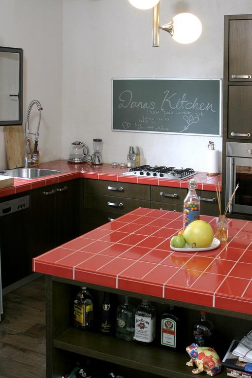 אריחים ליצירת משטחי עבודה במטבח