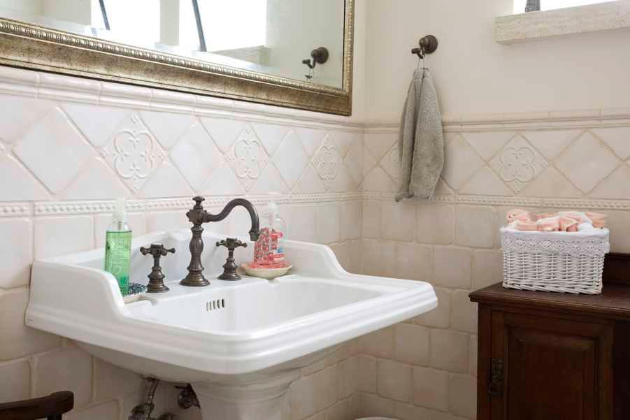 אריחי קרמיקה בחיפוי חדר רחצה בצבעי ניוד רכים