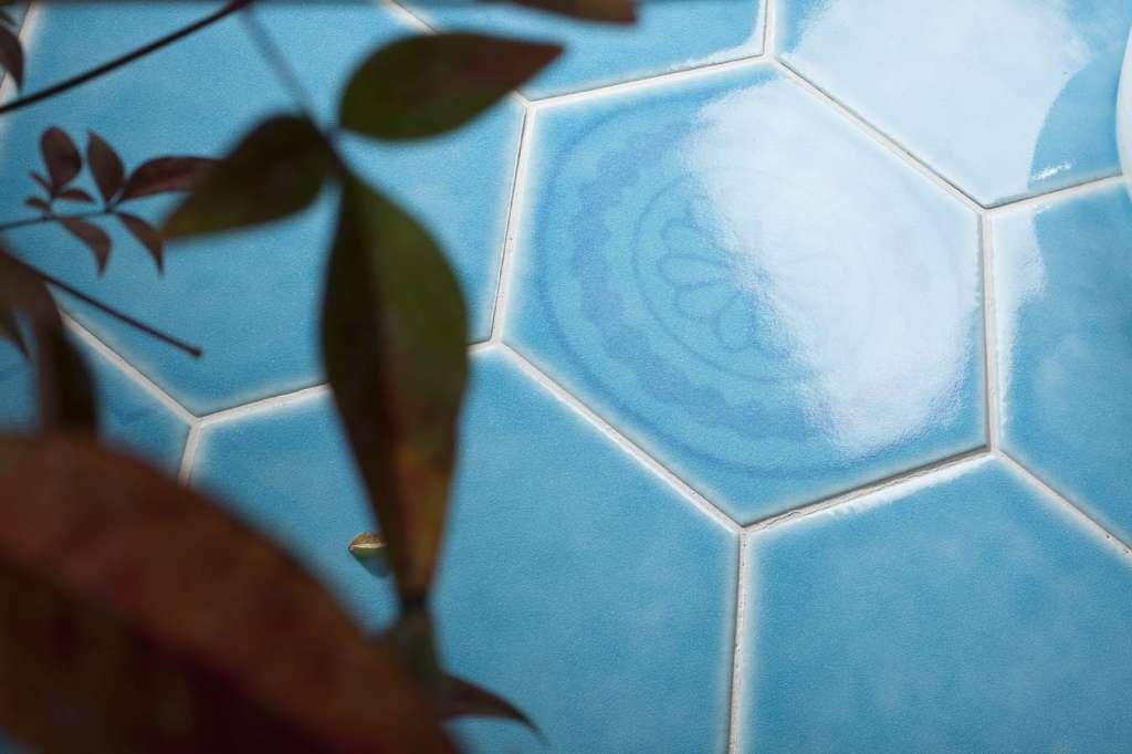אריחי משושה בגווני מים