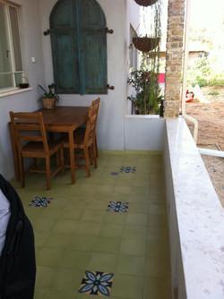 ריצוף מרפסת בבלטות בטון מעוטרות