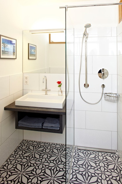 אריחי פורצלן מעוטרים בשחור לבן לאמבט