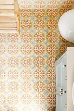 אריחים מצוירים מבטון בחדר אמבטיה