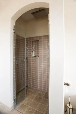 חיפוי מקלחת באריחים מלבניים