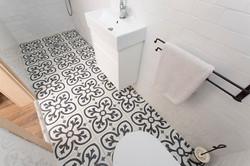 אריחים מעוטרים בשחור ולבן לרצפת מקלח