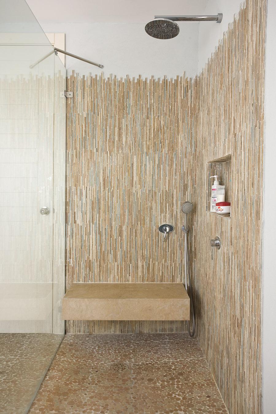 עיצוב חדר אמבטיה בגווני מים וחול