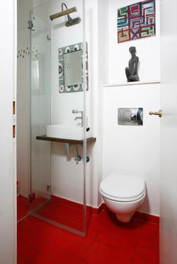חדר רחצה באדום ולבן