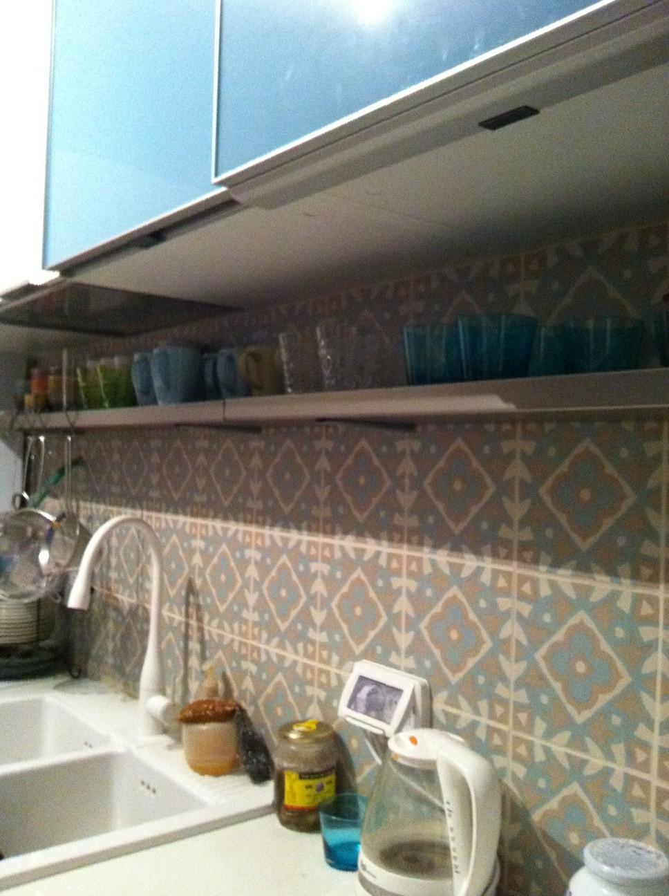 חיפוי קרמיקה מעוטרת בקיר מטבח