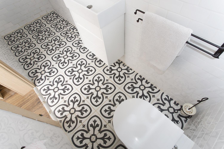 אריחי שחור לבן  לאמבטיה