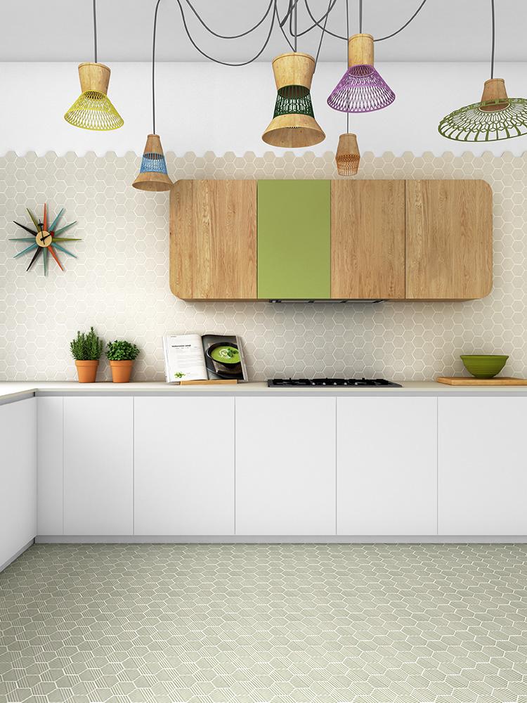 אריחי משושה ברצפה ובקיר מטבח