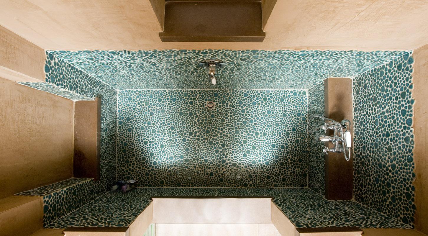 מקלחון מחופה פסיפס בועות בגוון טורקי