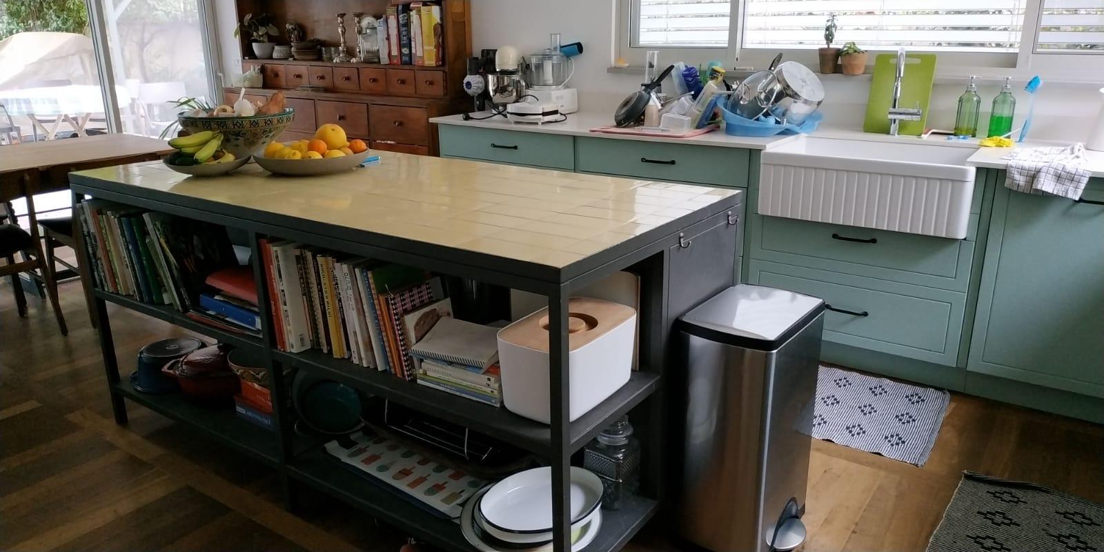 משטח באי עבודה במטבח מחופה אריחים