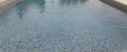 פסיפס לבריכה בגווני שמנת כחול וחום