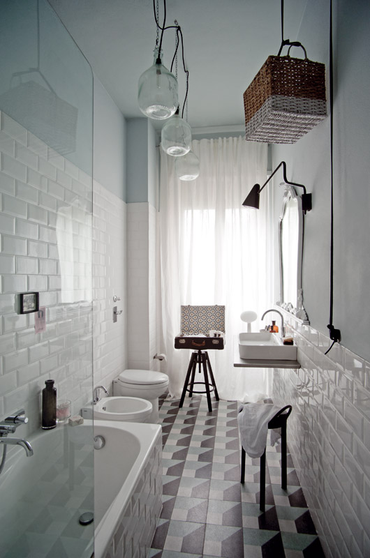 מרצפות שומשום מצוירות ברצפת אמבטיה