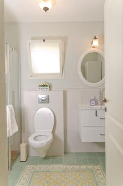 בלטות מעוטרות ברצפת חדר אמבטיה