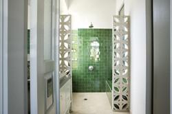בריקים בירוק יער בחיפוי מקלחת
