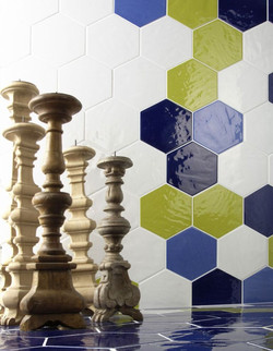 אריחי משושה בשילוב צבעים על קיר