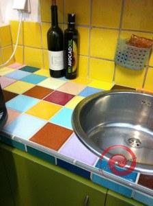משטח למטבח מחופה אריחים צבעוניים