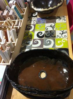 כיור רחצה בעבודת יד בגווני שוקולד