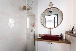 חדר רחצה בצבעי פלמינגו