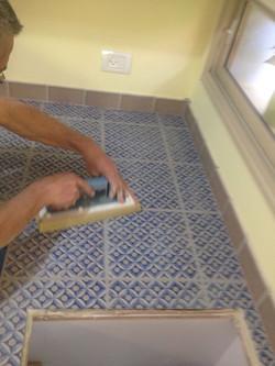 משטח עבודה במטבח מחופה אריחים