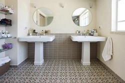 אריחי שטיח - פורצלן מעוטר ברצפת אמבט