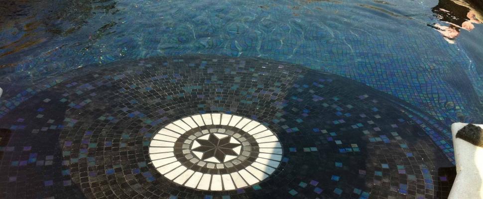פסיפס לבריכה בכחול אפור מטלי