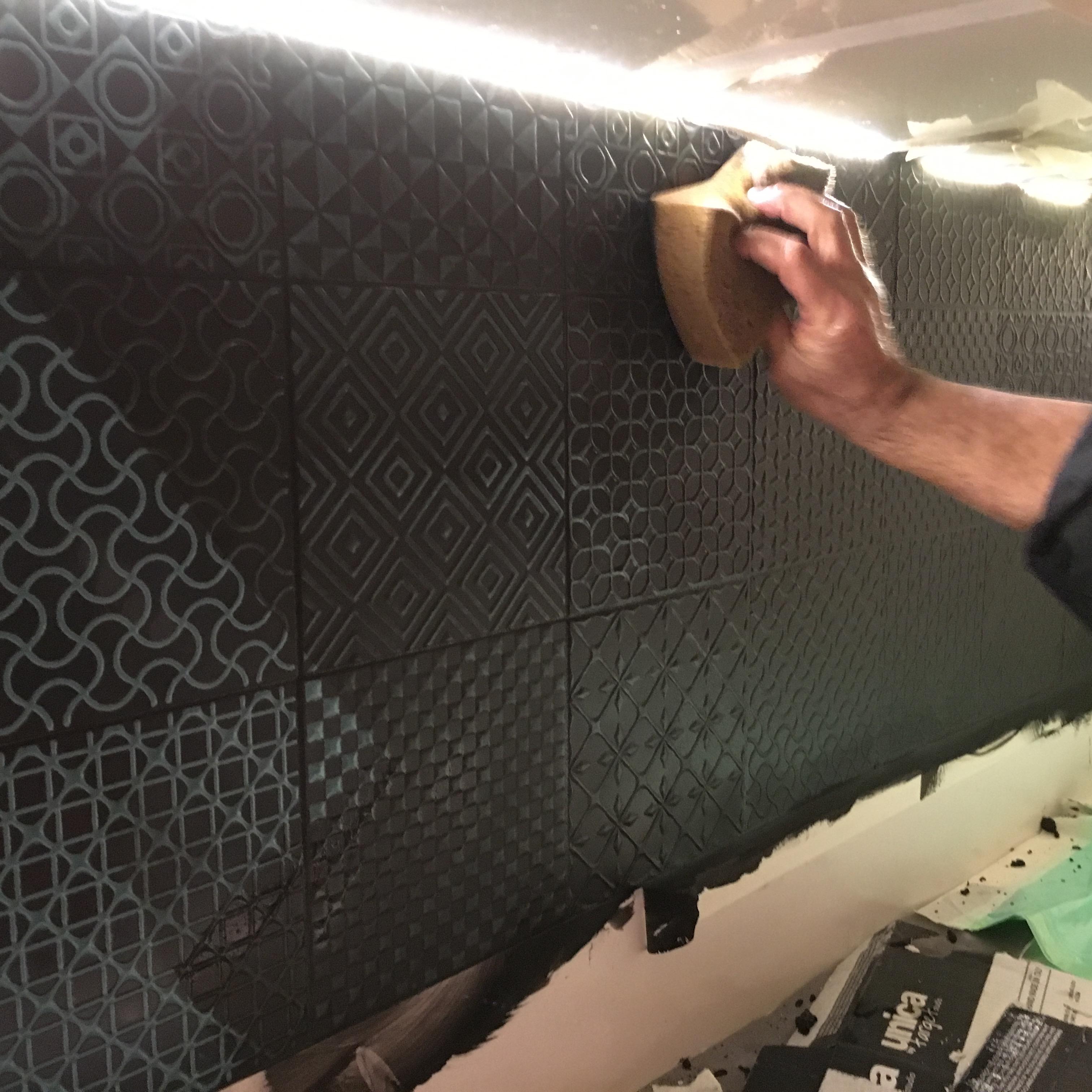 הדבקת קרמיקה על קיר מטבח