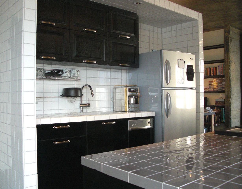 מטבח כולל קירות משטח עבודה כיור