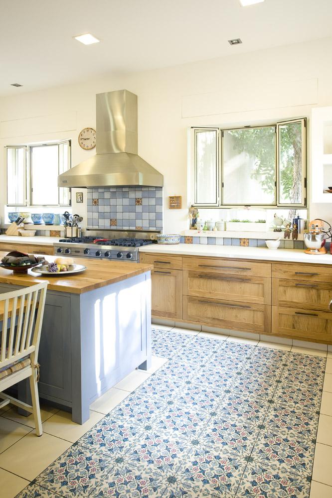 אריחי רצפה מצויירים במטבח