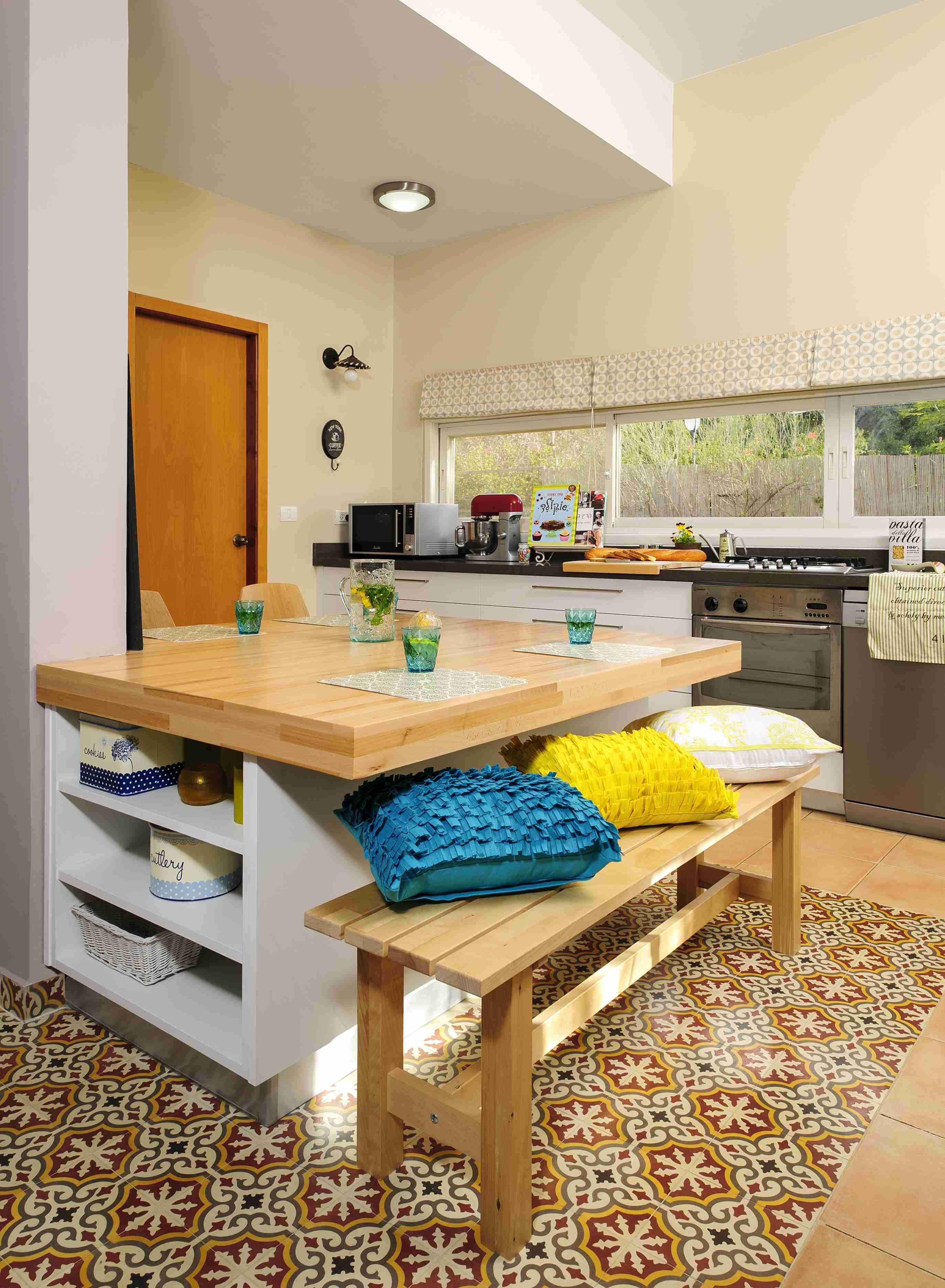 בלטות מצוירות באי במטבח