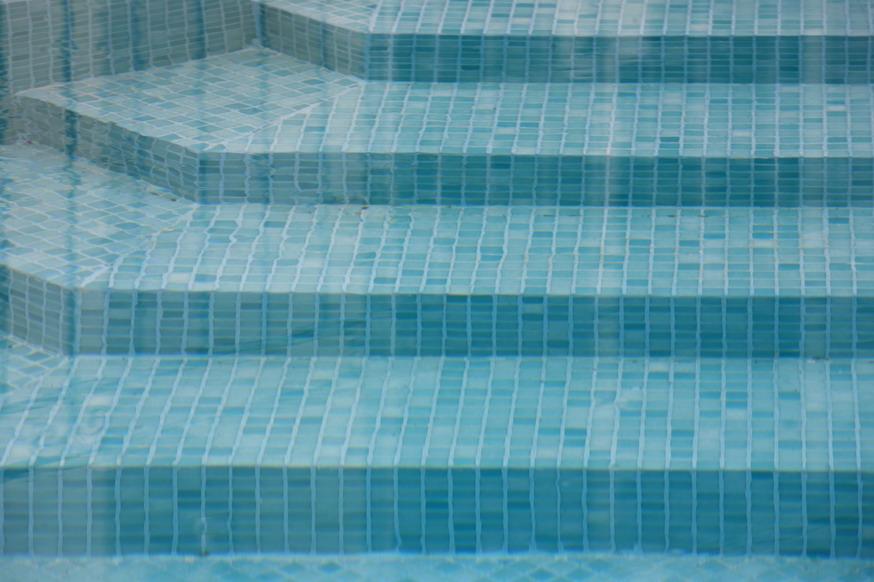 מדרגות לבריכה בטורקיז