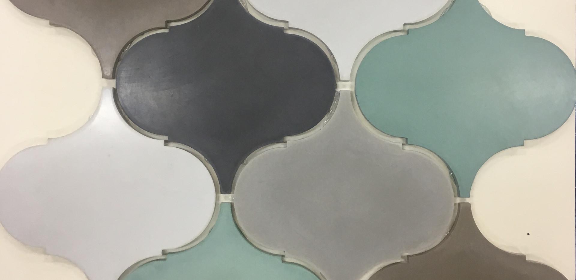 אריחי כנורות מבטון בגווני אפור ירוק חום ושחור