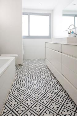 אריחי פורצלן מעוטרים ברצפת חדר אמבטי