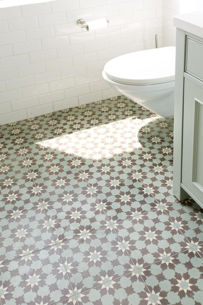 אריחי בטון מעוטרים בחדר אמבטיה