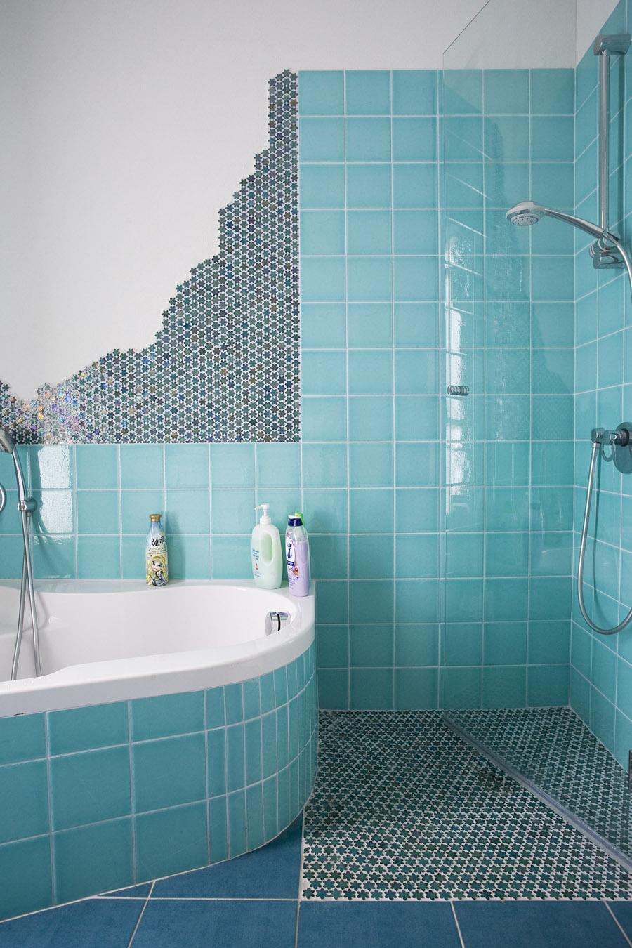 חיפוי קיר אמבטיה באריחים  בטורקיז