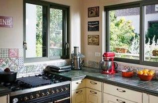 משטח מחופה אריחים במטבח