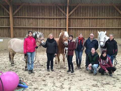 Moniteurs, bénévoles et services civiques regroupés autour de nos poneys Tagada, Quatsaro et Salsa