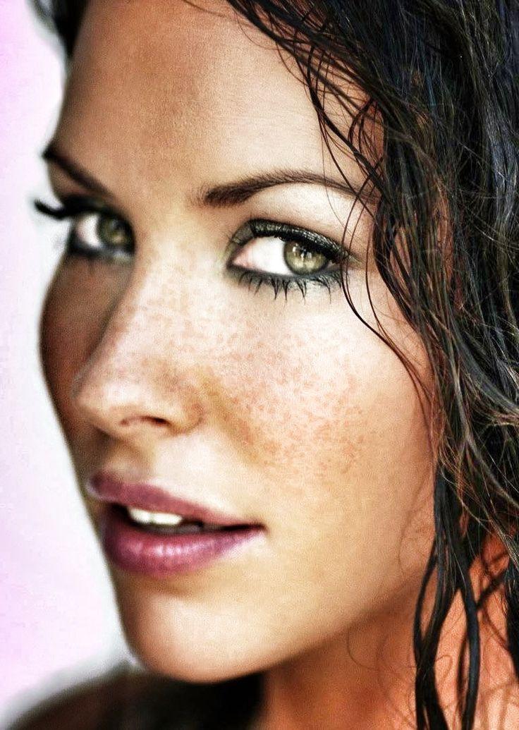 evangeline lilly green eyes