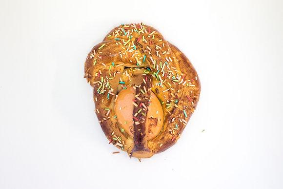 Cuddura di pasta frolla con un uovo