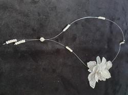 collier perle et fleur perlée