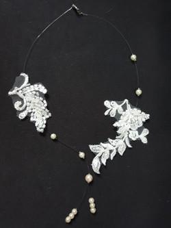 collier doubles dentelles et perles